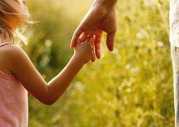 """En la atención temprana de los niños con TEA surge la necesidad de completar la práctica habitual de intervención incluyendo el enfoque centrado en la familia.  Por este motivo nace """"ARKHTEA"""" para hacer a las familias conscientes, desde los primeros momentos, de la importancia que tienen en el desarrollo y futuro de su hijo/a."""