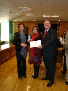 Fátima Garnica, presidenta de la Asociación Mírame  recogiendo el premio en la Categoría de Asociaciones: en reconocimiento por su esfuerzo y dedicación a las personas con trastorno autista y por la labor de concienciación social que ejercen en Armilla.
